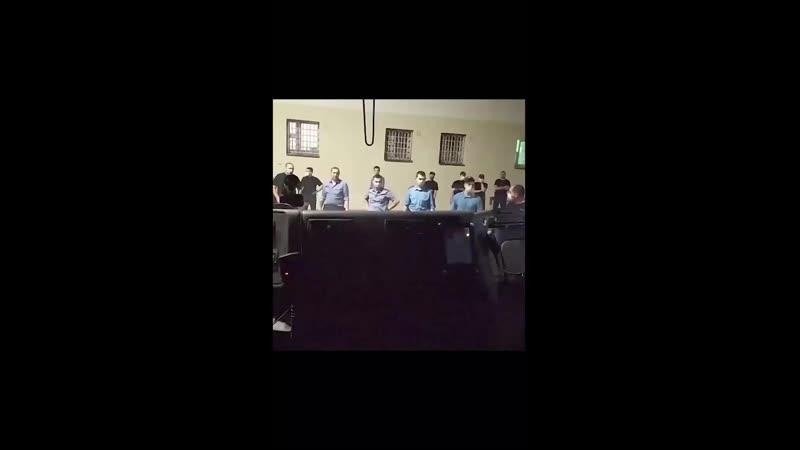Белсат сообщает что оно снято 9 11 августа в Минске на улице Окрестина Nexta сообщает что запись сделали из автозака Виде