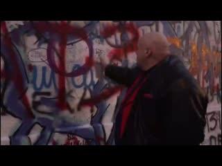 На стене Цоя не понятно откуда появились надписи Барецкий жив! и Брат-3