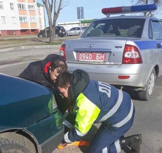 Милиционер помог отбуксировать автомобиль, который увидел на трассе. Молодец