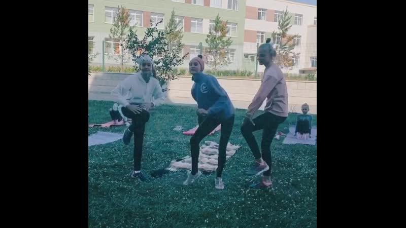 А мы продолжаем с нашими гимнастическим от 3 5 15 лет тренировки на улице 😇⠀Как же это здорово всем вместе видится общаться