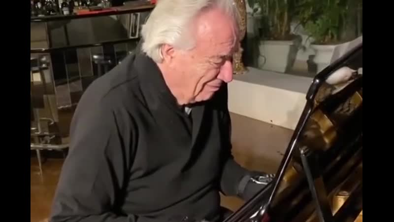 Смог спустя 20 лет Бразильский музыкант Жоао Карлос Мартинс сыграл на пианино после продолжительной болезни