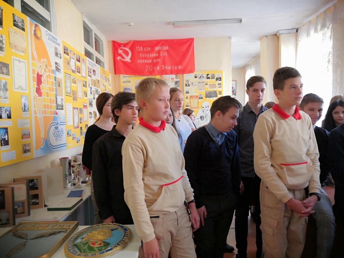 Ученики школы №8 города Петровска познакомились с историей возникновения учебного заведения