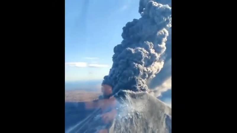 Вулкан Карымский выбросил пятикилометровый столб пепла Камчатский край Россия