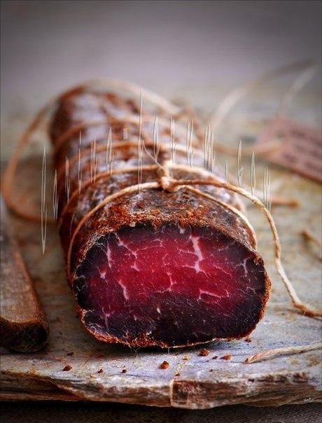 Бастурма быстрого приготовления и Вяленое свиное филе - 2 рецепта. 1. Бастурма быстрого приготовления (Сыровяленая говядина).Готовится действительно быстро. На фотографии видно, что бастурма