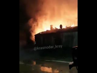 Страшный пожар произошёл вчера в Военсовхозе станицы Саратовской. Сгорел 4-х квартирный дом.