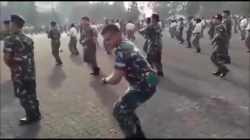 Танцует военнослужащий Khalwa Alya Nairi Поёт Биз тобу и Бактияр Токторов Ыйл