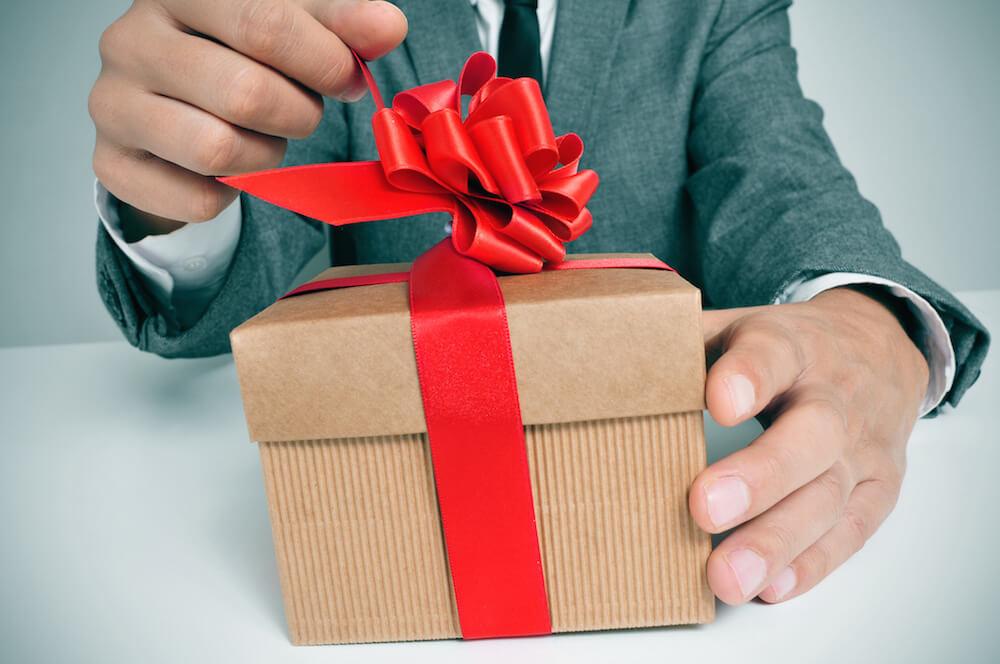 картинки подарок для мужчины подачи