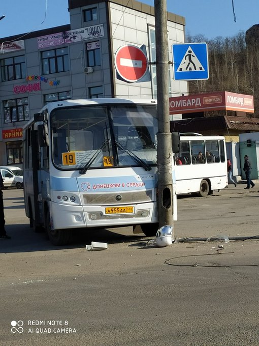 В Донецке новый пассажирский автобус врезался в столб (фото)