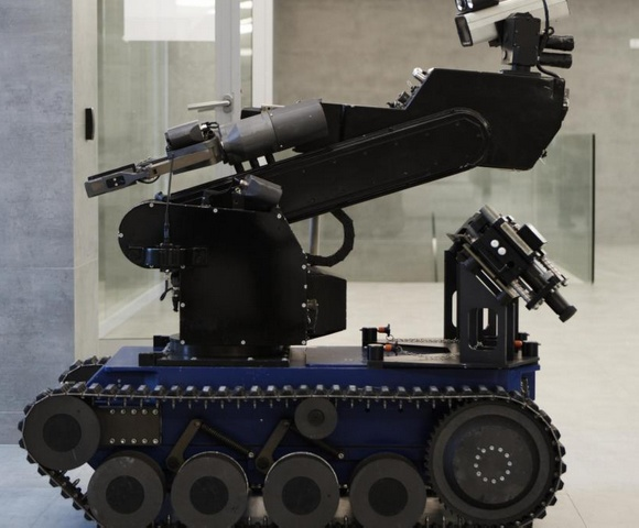Роботы, используемые полицией для обезвреживания бомб, в настоящее время являются удаленными роботами.