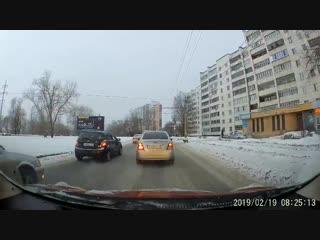 Полицейский в Челябинске перевел через дорогу хромого пса