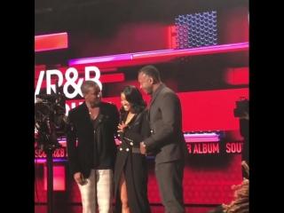 Клеопатра получает награду XXXTentacion на 2018 American Music Awards.