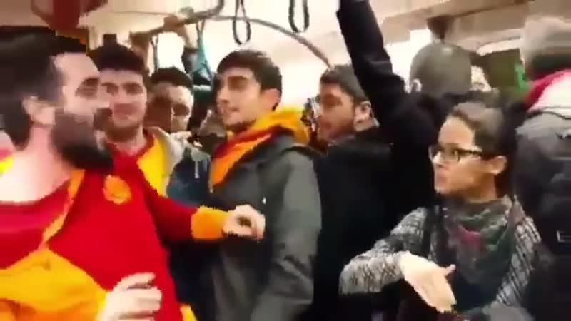Turquie Après le derby entre le Fernbahçe et le Galatasaray un supporter du Galatasaray crie Mange ma bite Fener