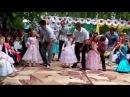 Танец родителей с детьми на выпускном в детском саду