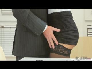 Босс присунул секретарше Carolina Abril не раздевая её