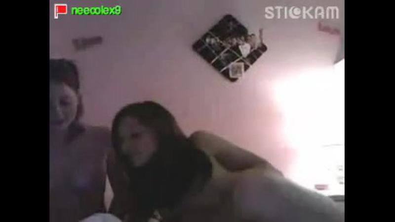 Две подружки крутятся голые перед вебкой в трансляции. сняла показала грудь попк
