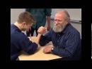 Пожилой учитель проучил ученика в армрестлинг в школе