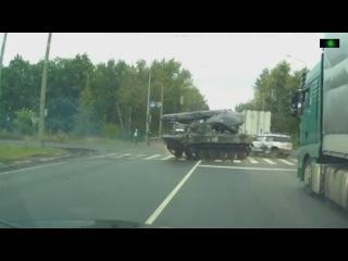 При заносе БТР ударил легковушку на трассе под Рязанью