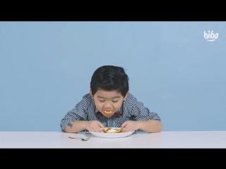 Американские дети пробуют еду - Блины с Икрой
