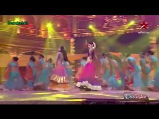 Sanaya Irani  Krystal Dsouza performing together on Radha at Star Diwali HD (9th Nov) (1)