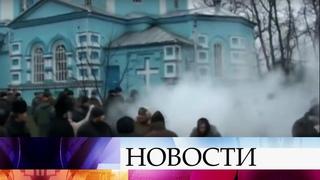 Радикалы захватили Свято-Троицкий храм Украинской православной церкви в Ивано-Франковской области.