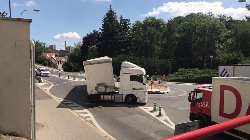Řidič kamionu nezvládl kruhový objezd pod hradem v Mladé Boleslavi