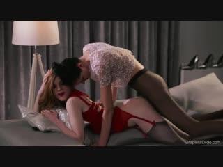 Брюнетка страпонит свою подругу в красном белье.Лесбиянки  Mia and Rossy Bush