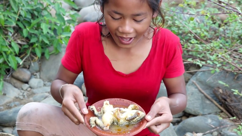 Survival skills Find frog in water boiled on clay for food Cooking frog eating delicious 4