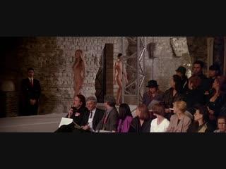 Голые манекенщицы на подиуме (голые модели, показ мод голышом, голые в кино)