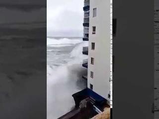 Гигантские волны смыли балконы жилого дома