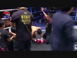 Тайский боксёр отправил в нокдаун соперника, а заодно и судью