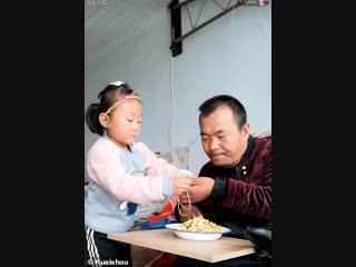Маленькая девочка ухаживает за парализованным отцом