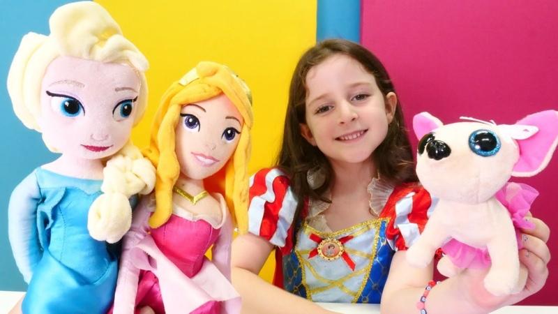 Pamuk prenses Elsa ve Avrora ile evcilik oyunu. Çay partisi