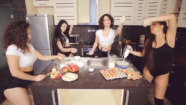 Тверк на кухне Сочные девушки танцуют тверк и готовят
