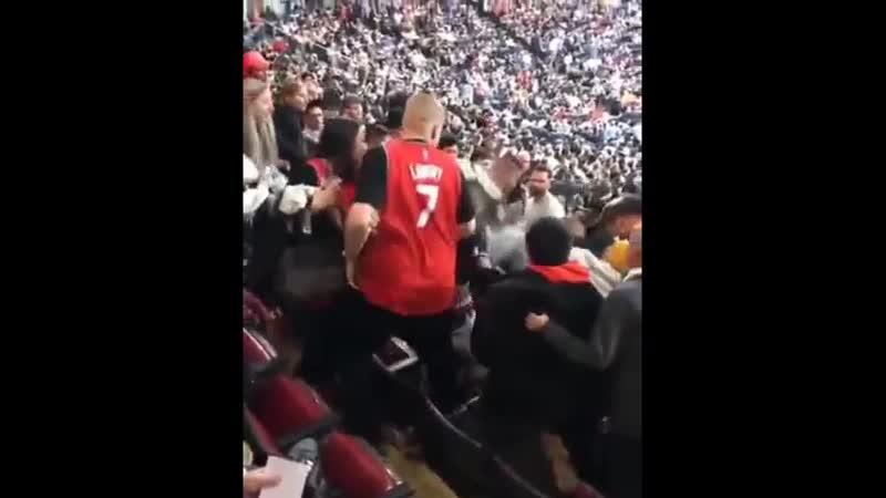 США. Болельщику Торонто Рэпторс нехило разбили лицо свои же в драке на трибуне во время матча НБА. Кто-то занял чужое место