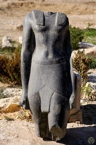 Тайна гробницы Клеопатры С ее именем связано многое в истории, именно после ее смерти Египет стал провинцией Римской империи, она долгое время правила великой державой и умерла, забрав все тайны
