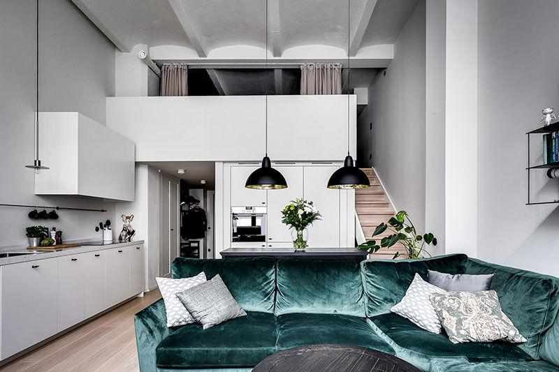 Скандинавский лофт с антресолью и зеленым диваном в здании бывшего радиозавода (46 кв.