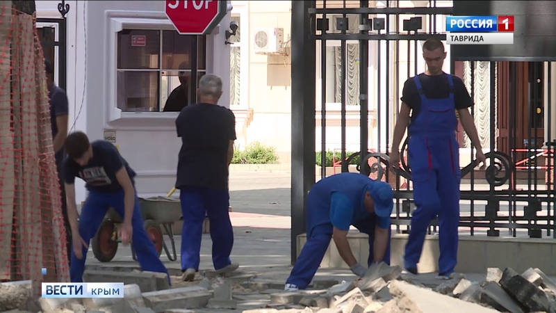 Рабочие в Симферополе повредили старый платан