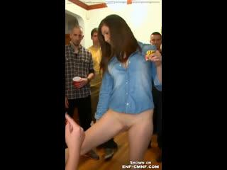 OON, CMNF  девушка снимает штаны и трусы под аплодисменты толпы на вечеринке