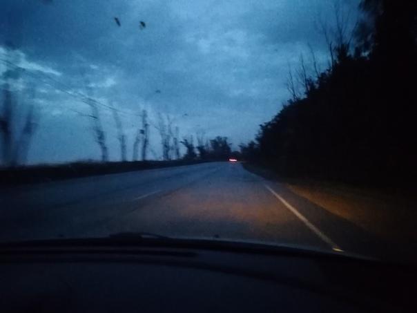 Как не было и этого мира Ночная дорога. Когда некуда особенно спешить. Та самая штука, которая напрочь выкидывает меня из реальности. Темнота справа и слева. Лишь где-то далеко впереди маячат