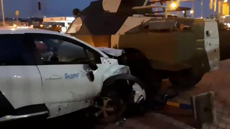 Авария с бронетранспортёром на Выборгской набережной