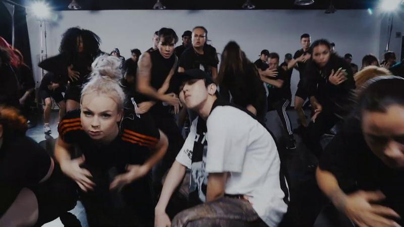 KUN 蔡徐坤 Cai XuKun YOUNG Dance Practice