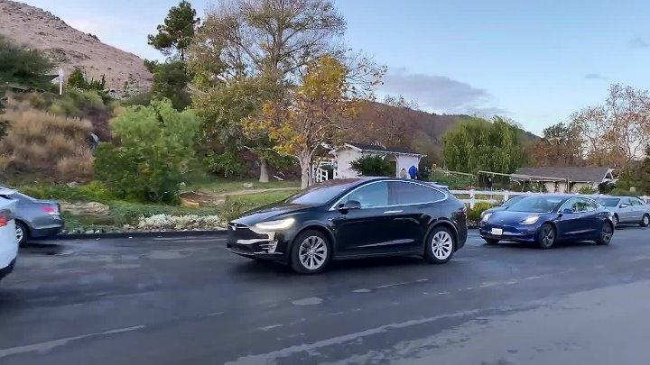 Многочасовая очередь из Тесла на заправке