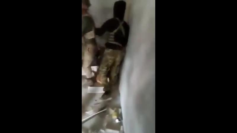 Турецкие военные избивают военнопленных