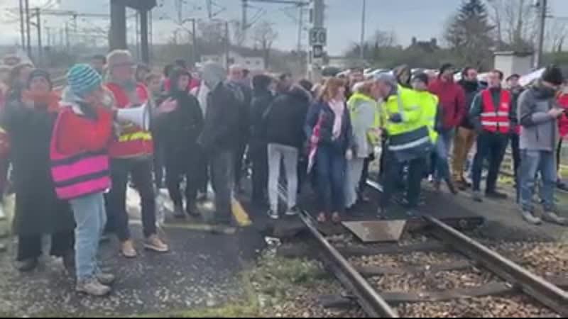 ROUEN STREIK 10 JANUAR Noch immer blockieren hundert Streikende gegen die Rentenreform den Zug nach Paris