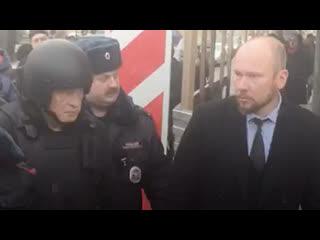 Доцента Соколова выводят со следственного эксперимента из квартиры на Мойке