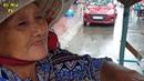 Bất ngờ gặp cụ bà 72 tuổi dầm mưa bán bánh khọt di động với bếp than hồng ấm áp