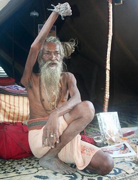 Садху Амар Бхарати считается святым в Индии, он поднял свою руку в 1973 году и не опускает её более 40 лет в честь богу Шиве Это нереально, как хоть