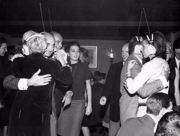 Ночной клуб в Нью-Йорке, где каждый сам выбирает под какую музыку танцевать, настраивая её в своих наушниках, 1963 год Я уже
