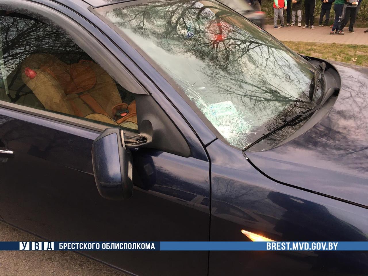 Подросток выбежал из-за припаркованного автомобиля на улицу и его сбил «Форд Мондео»