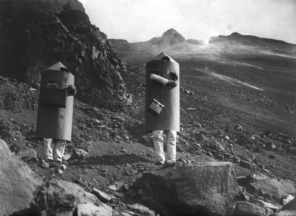Вулканолог Арпад Кернер со своим помощником в защитных костюмах возле кратера вулкана Стромболи (Италия, 1933 год